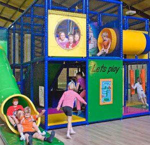 kindvriendelijk-speeltoestel-familie-gezin-kinderen-kleinkinderen